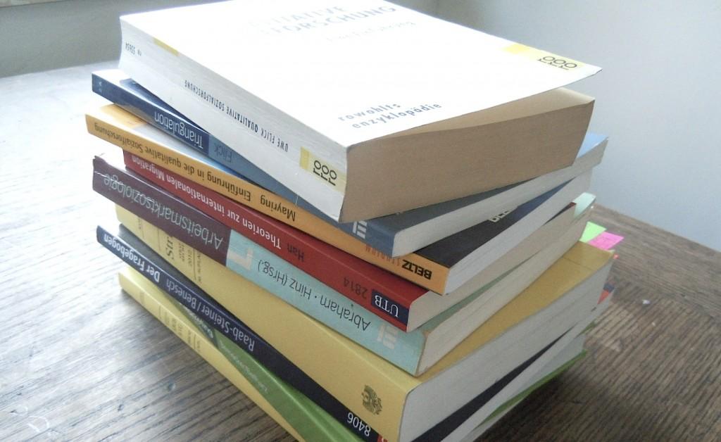Stapel von Sachbüchern Buchrecherche